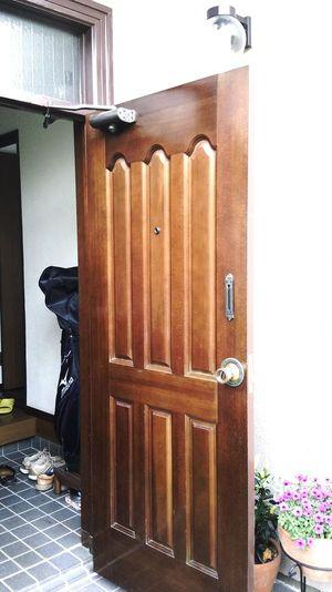 塗り潰す前の木製玄関ドア
