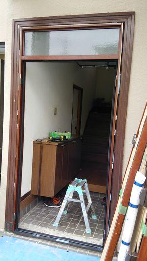 ドア枠をアルミカバーで覆う