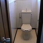 トイレ内壁:鏡面パネル貼り⇒汚れが簡単に落とせる